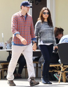 1395691208_mila-kunis-ashton-kutcher-zoom-04